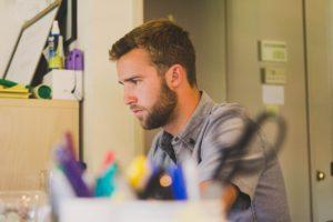 Sophrologie : 3 exercices pour booster sa concentration au bureau